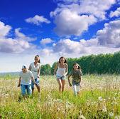 Friends running in meadow — Φωτογραφία Αρχείου