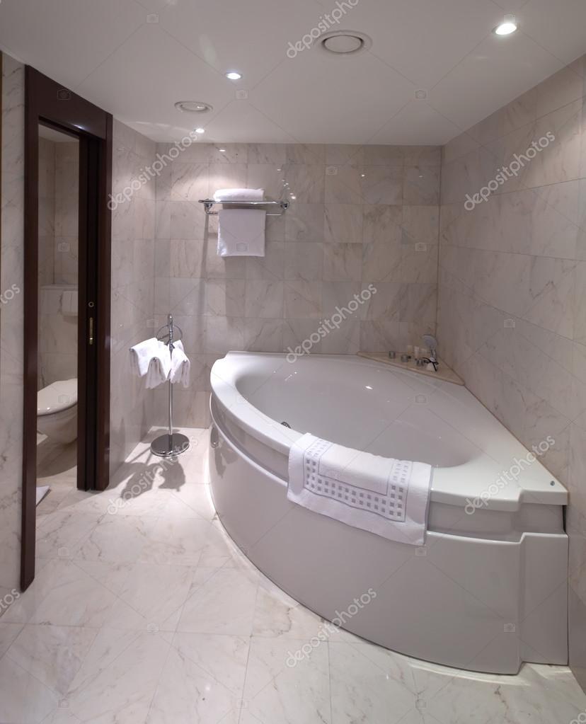Réseau radialsalle de bain avec baignoire dangle — photographie ...