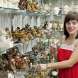 Tourist chooses souvenir in shop — Stock Photo