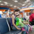 Mother and child at airport — Stockfoto