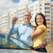 happy couple against real estate — Foto Stock