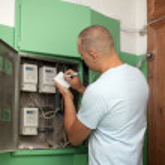 Man rewrites the meter readings — Stock Photo