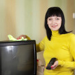Woman cleans TV — Foto Stock
