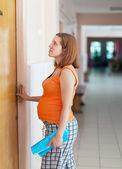 Donna incinta viene dal medico — Foto Stock