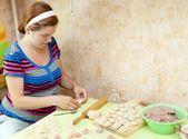 Donna fare polpette di carne russo — Foto Stock