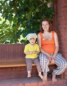Matka i dziecko na werandzie — Zdjęcie stockowe