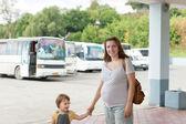 Familie bij busstation — Stockfoto