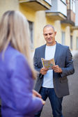 Male tourist asks for directions — Stock Photo
