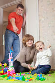 Familie mit drei im haus — Stockfoto