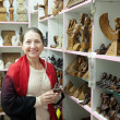 Foto Stock: Womchooses souvenirs in egyptishop