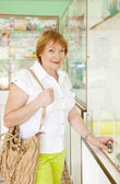 Woman buys drugs at pharmacy — Stock Photo