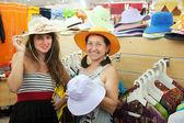 女性が店で帽子を選択します。 — ストック写真