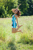 Jumping woman — Stockfoto