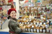 Mujer madura elige dulces — Foto de Stock