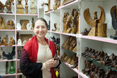 Woman chooses souvenirs in egyptian shop — Stock Photo