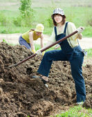 Women throws the manure — Stock Photo