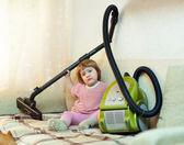 Holčička s vysavačem — Stock fotografie