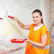 Housepainter paints wall with roller — Stock Photo