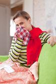 Donna malata usi fazzoletto — Foto Stock