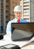 White-collar worker works on the building site — Stock Photo