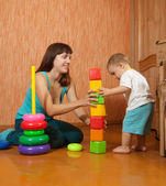 Mother and baby plays with toys — Stock fotografie
