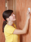 Woman turning off the light-switch — Foto de Stock