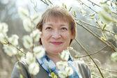 Kvinna i våren willow kvist med knoppar — Stockfoto