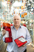 Hombre sostiene la linterna en la tienda auto parts — Foto de Stock