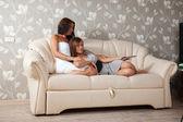 妇女躺着电视遥控器 — 图库照片