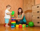 Mother and baby plays with pyramidion — Stock Photo