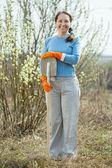 Full längd skott av kvinnlig trädgårdsmästare — Stockfoto
