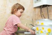 赤ちゃんの女の子の皿洗い — ストック写真