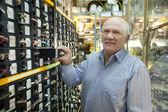 Hombre elige los sujetadores en la tienda auto parts — Foto de Stock