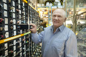 Man chooses fasteners in auto parts store — Stockfoto