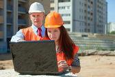 Due costruttori opere sul cantiere — Foto Stock