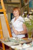 Artista femenina pintando un cuadro — Foto de Stock