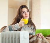 Frau in der nähe von warmen heizkörper — Stockfoto