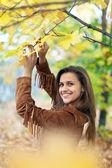 Beauty woman in autumn park — Stock Photo