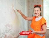Female house painter paints wall — Foto de Stock