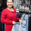 Mature woman  chooses jeans - Foto Stock