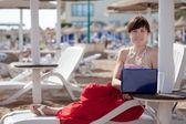 Vrouw met laptop op strand — Foto de Stock