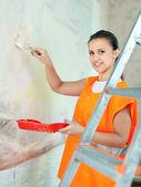 Pintor de casa feminino tintas de parede — Foto Stock