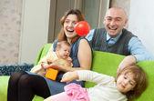 счастливая семья с двумя детьми — Стоковое фото