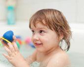 Kleines Mädchen badet im Bad — Stockfoto