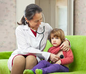 Children's doctor examining child with stethoscope — Stock Photo