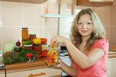 女性のマリネ野菜 — ストック写真