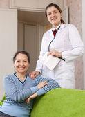 Médico amigável com doente mulher madura — Foto Stock