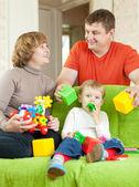 Famiglia felice gioca in casa — Foto Stock