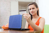 Beautiful woman shopping on internet from home — ストック写真