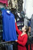 Femme mûre choisit des vêtements — Photo